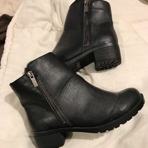 NWOT woman's Kenneth Cole ankle high boots size 5